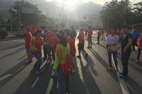 参赛人员被困前往起点途中。参赛被困人员供图