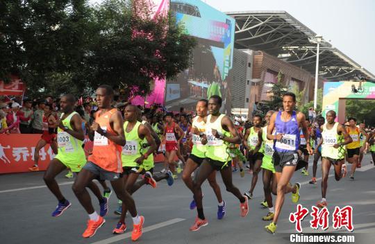 6月13日上午7时30分,兰州马拉松鸣枪开跑,来自中国、中国香港、中国澳门、加拿大、哥伦比亚、埃塞俄比亚、法国、德国、肯尼亚等21个国家和地区的40029名运动员和选手沿着黄河奔跑。图为兰州马拉松鸣枪开跑。 杨艳敏 摄