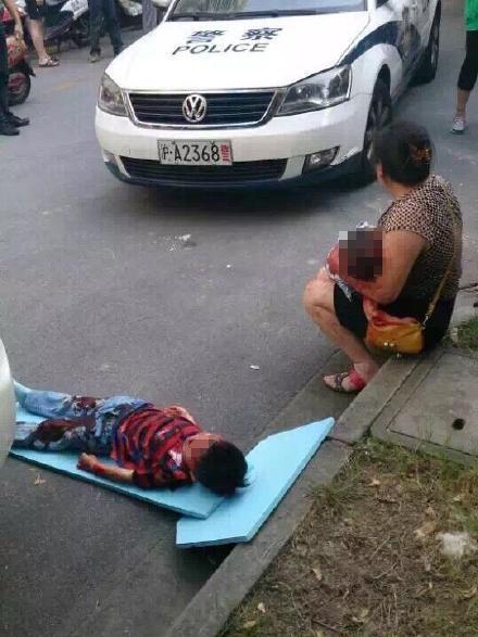 6月12日傍晚,上海市浦东圣鑫苑小区发生伤人案。一女子疑遭公司解雇,跑到老板家中行凶,致老板妻子与两名小孩1死2伤,民警赶到现场后将该女子控制。
