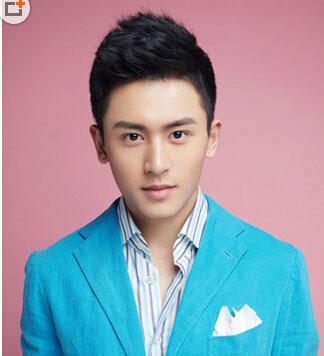 清秀系的年轻帅哥,黑色短发发型更添轻熟感,刘海往上打理高耸有型,显
