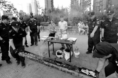 6月11日,回龙观城管结合多部分对辖区内多个烧烤摊点停止查办。 京华时报记者徐晓帆摄