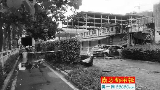 事发现场,店门口的两辆汽车已被烧剩铁架高清图片
