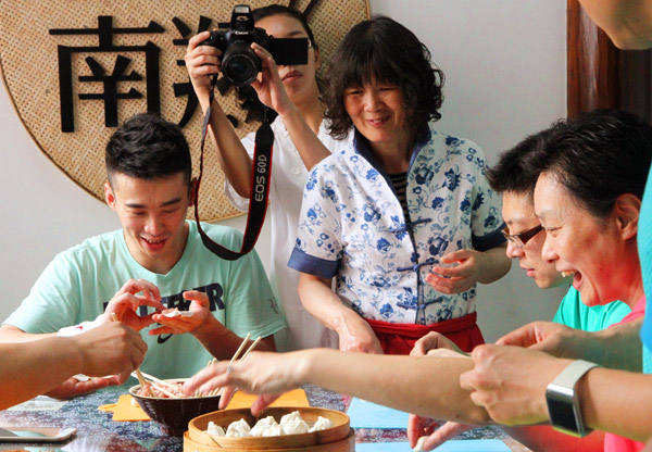 著名网球评论员陈君乐对小笼包制作工艺显示浓厚兴趣