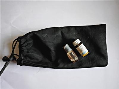 张津生的小布袋里有硝酸甘油和神宁药液。