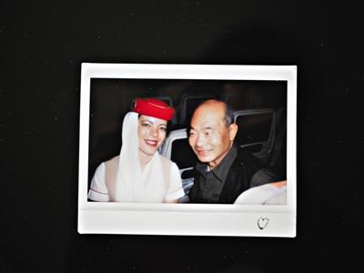 患者被胜利救济后,空姐快乐地与张津生合影。