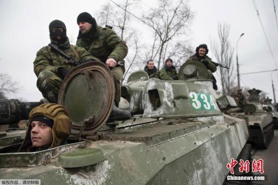 资料图:当地时间2015年2月28日,乌克兰顿涅茨克,乌克兰民间武装从顿涅茨克撤离包括装甲车在内的重型武器。