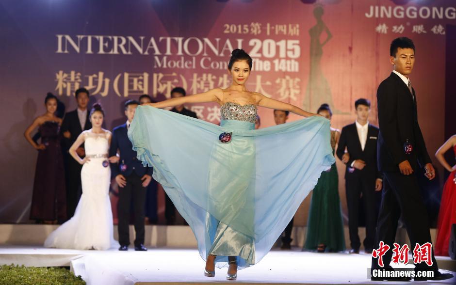 北京大学生模特上演性感泳装秀(组图)