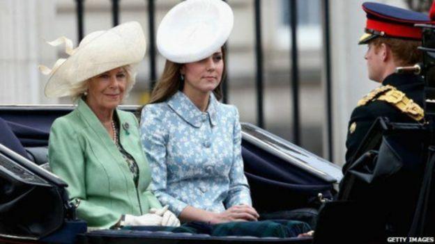 观看皇家空军表演之前,乔治王子在白金汉宫的窗口露面.