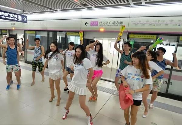 地铁美女上演撕衣快闪!多图