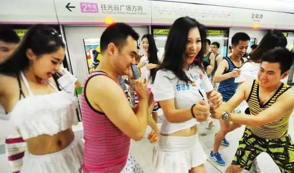 美女校园制服撕衣快闪!(多图)中国地铁美女上演图片
