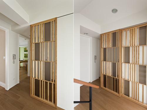 装修效果图:楼梯间以两片木作移动式屏风巧妙遮挡了厕所门,木制
