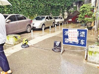 昨日,读者刘先生向重庆晚报24小时新闻热线966988打来电话称,大溪沟新都花园小区旁边的空地上,有一块警示牌上写的标语有点惊悚。