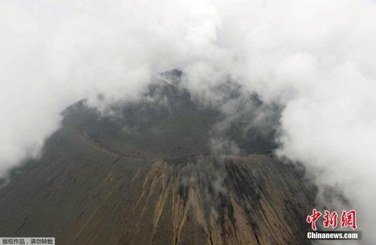 当地时间6月16日,日本气象厅发布消息称,位于该国群马县及长野县境内的浅间山有火山喷发迹象。图为浅间山口上空出现大量白烟。