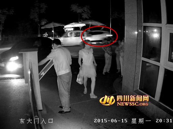 监控视频显示,晚上8点31分一辆越野车突然画面右侧冲出