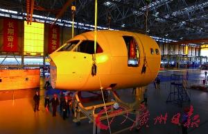 2014年10月18日,C919国产大型客机机头大部段运抵上海开始对接。 新华社 发