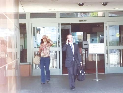 2015年5月18日,外逃赃官乔建军的前妻赵世兰正在洛杉矶加州中区联邦法院的听证会上首次出庭应讯,并就地可定被控功名。