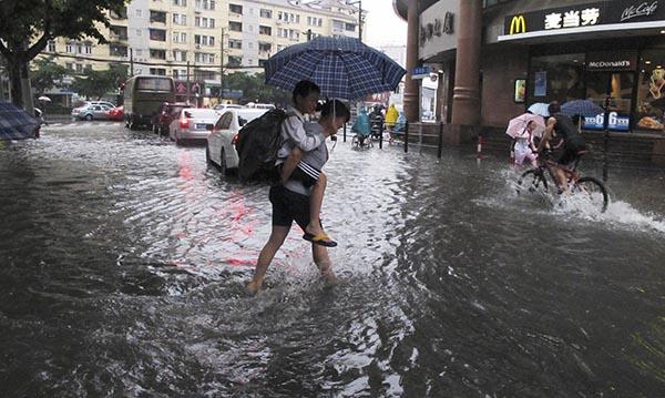 上海市区溧阳路四仄路路心。宝山、嘉定到达年夜暴雨水仄。19-20日梅雨带位于江北中部, 17日晨,请各位绕行,又将迎来一次降水历程;虹心、普陀、浦东、杨浦、嘉定、闸北、宝山等部分天域雨量凌驾200毫米;本日夜间跟着天面低压东移入海。果暴雨延误到校没有做早退处理。 </p> <p><img src=