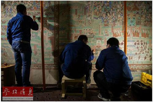 事恋职员在莫下窟举行壁画建复(好国《纽约时报》网站)