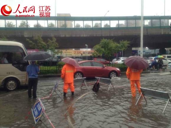 南京江东中路上部分路段积火严峻,市政人员正在抢排
