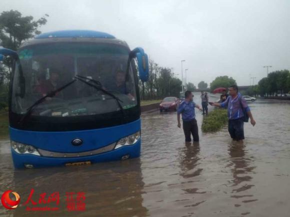 北京扬子江大道绿专园段,积水最深处下出70厘米