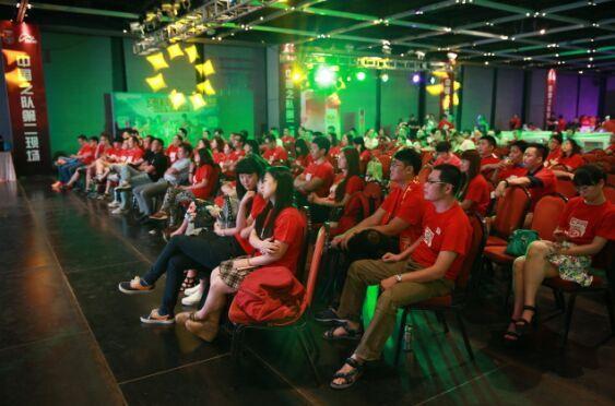 上百球迷共同观看国足比赛