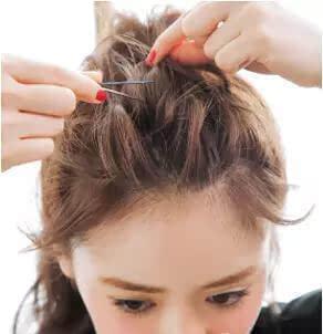 从这束头发开始编三股加编的麻花辫,让背面的头发更有层次感.