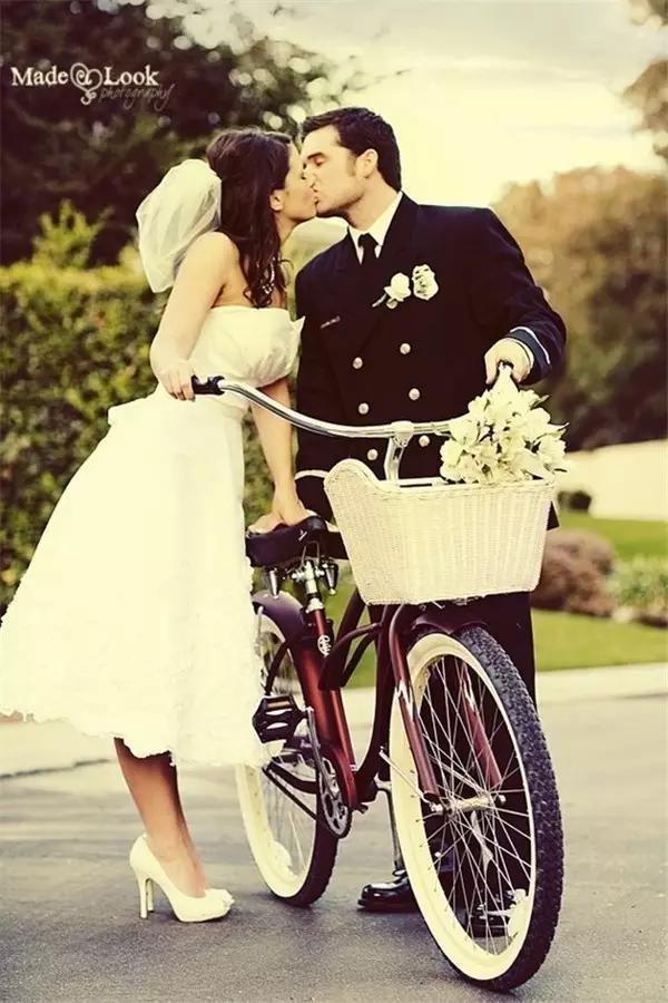 谁说穿高跟鞋就不能骑单车了