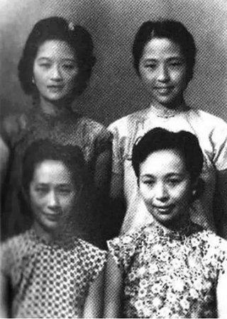 张家四姐妹元和(前右)、允和(前左)、兆和(后右)、充和(后左)。
