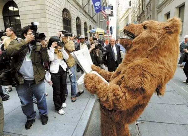 美国华尔街金融危机与大学生的关系图片