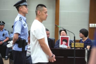 马栋梁在法庭上受审。京华时报记者蒲东峰摄