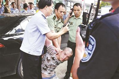 广东南海市警方传递,18日早上发作在该市贵州路商场的砍人事情,有4人被砍伤,除1人伤势较重外,其他3人重伤。凶嫌的实在身份和作案念头仍在进一步查询核实中。