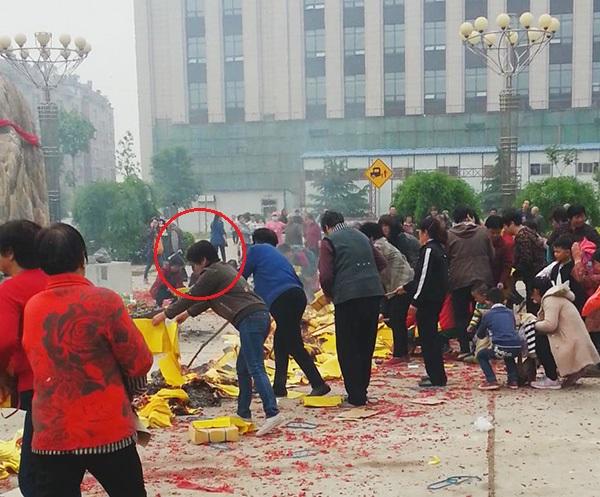 村民指认图中身穿咖色上衣和牛仔裤、正在烧纸的女子是村委会副主任解修红。
