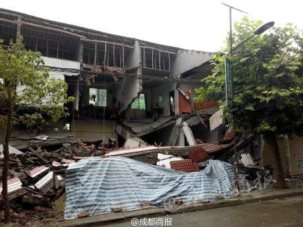 11时37分,楼房垮塌。
