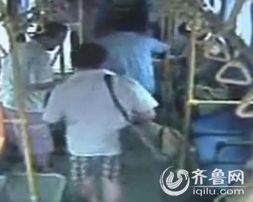 4名男子上车后并未投币,径直走向座位。(视频截图)