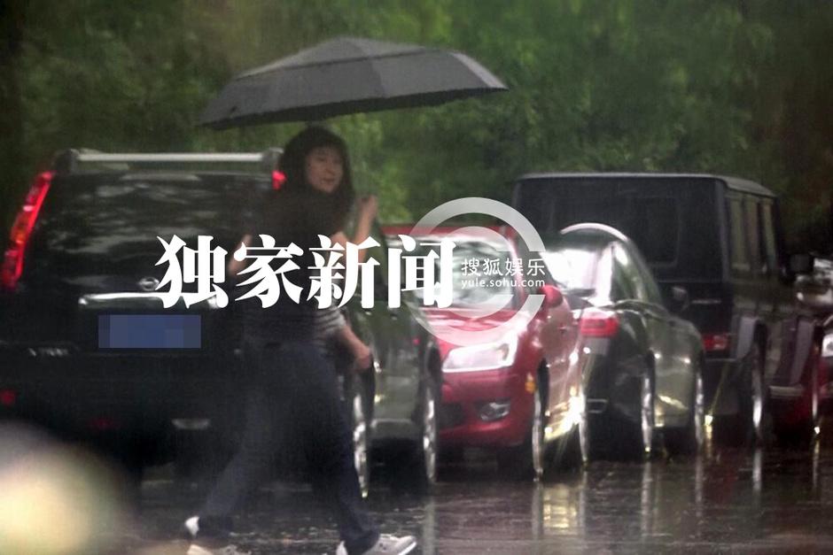 日前,搜狐娱乐在北京某餐厅附近遇到了李亚鹏。当天,李亚鹏带着母亲、女儿和一位女性友人在自己经营的餐厅聚餐。用餐完毕天空骤降暴雨,工作人员为李亚鹏撑着伞,李亚鹏则全程将李嫣抱着,对女儿关爱备至。李亚鹏的母亲也由工作人员撑着雨伞送至豪车旁<b