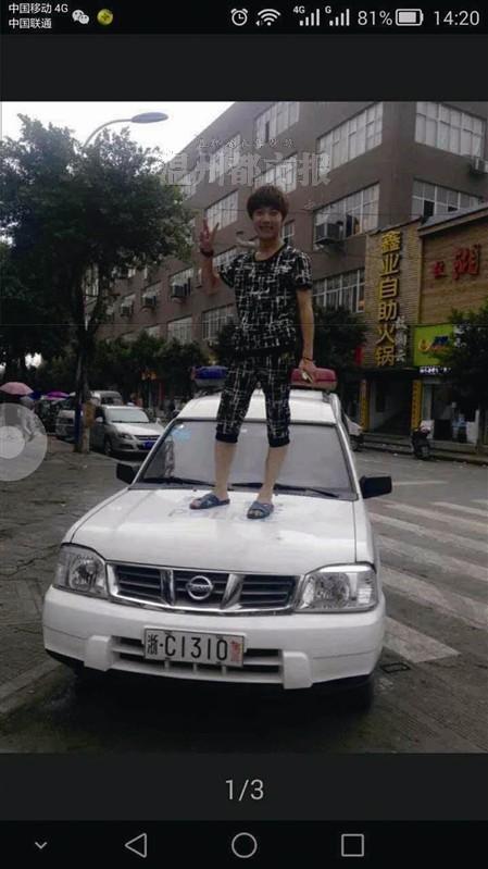 温州网讯 昨日下午3时许,踩在警车上照相的马某和徐某因挑衅惹事守法举动被警方扣留,但因两人是未成人不予履行。