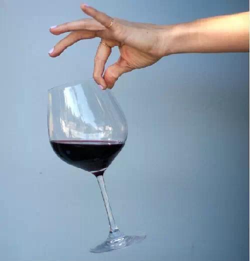 这对你的高贵气质大打折扣.所以如何正确拿红酒杯也是一门学问.
