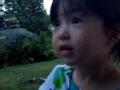 《爸爸去哪儿第三季片花》小夏天激萌草地玩耍 夏克立恶作剧吓跑女儿