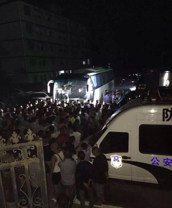 大众拦挡大巴车。微博图