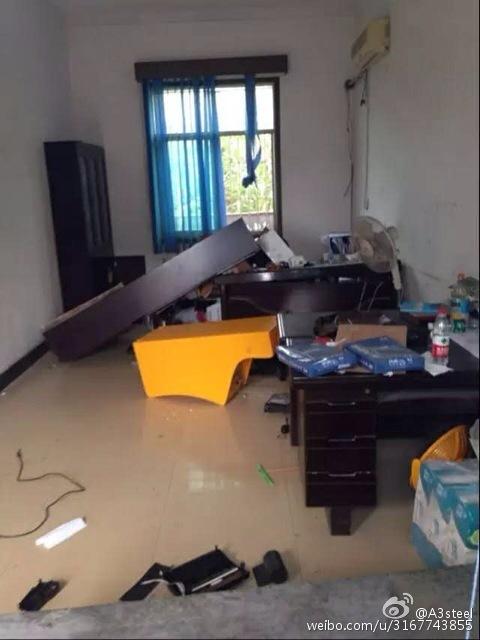 办公室被砸。微博图