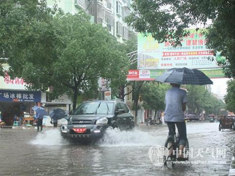 江西抚州市崇仁县县城大街积水重大(李超 摄)