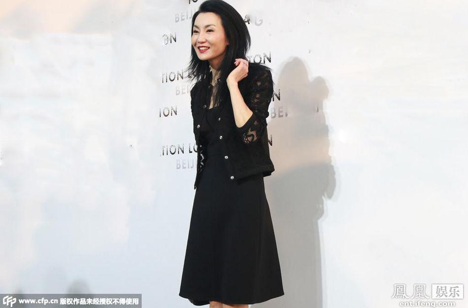 51岁张曼玉黑裙现身 身材苗条如少女高清图
