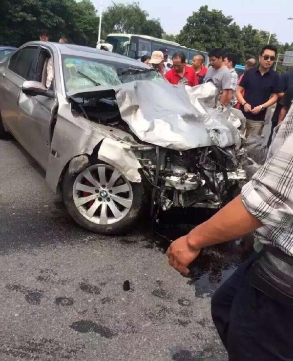 司机驾车南京陌头快速闯红灯撞死两人逃逸,现已被抓疑涉毒驾