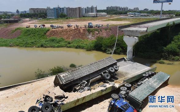 6月19日,失事的匝道和满载瓷土的重载五型货车掉落地上。当日3时40分,粤赣快速城南互通CK0+224.5匝道桥梁发作开裂。有关方面考察称,事情发作时有4辆满载瓷土的重载五型货车行驶在匝桥上,桥梁瞬连续裂并垮塌,4辆重载货车掉落,就地形成1人殒命、4人受伤。新华社记者 卢汉欣