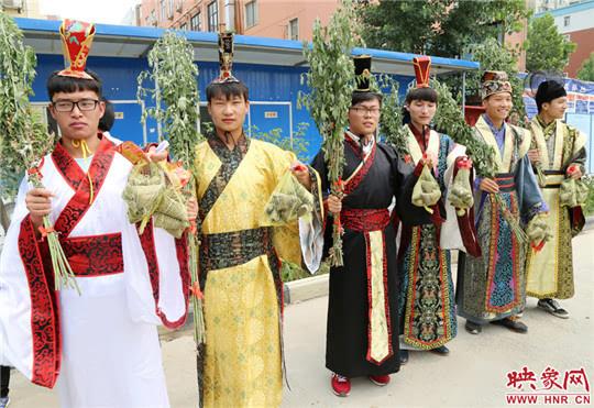 河南6名大学穿汉服扮屈原唱离骚 给农民工喂粽子
