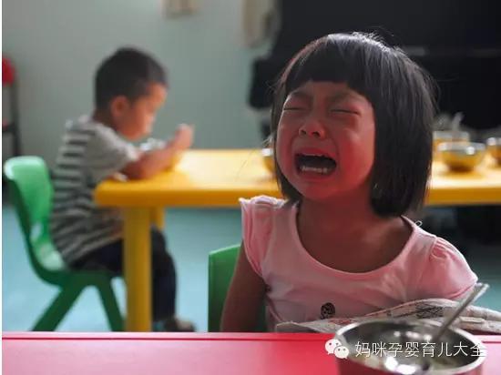 亲生母亲虐待孩子