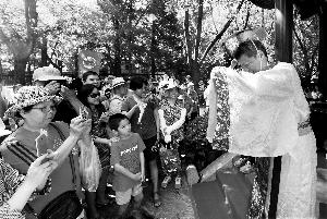 今天,屈原祭奠典礼在欢然亭独醒亭举办。