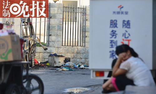 """法制晚报讯 昨天清晨3时许,西城区福州馆街一辆烧毁面包车起火,在车内酣睡的一位中年女子可怜身亡。发觉火情后,左近街坊和商户一同补救,但并未能将人从车内救出,直到消防赶到,才将火点燃,但人曾经被烧得看不出容貌。""""车里有蚊香,猜忌是蚊香引燃了被子。""""死者儿子说,父亲平常睡在这辆烧毁的面包车内,是为了看管相邻货车上的成品。6时许,事发觉场被拉上了戒备线,事变起因仍在考察中。"""