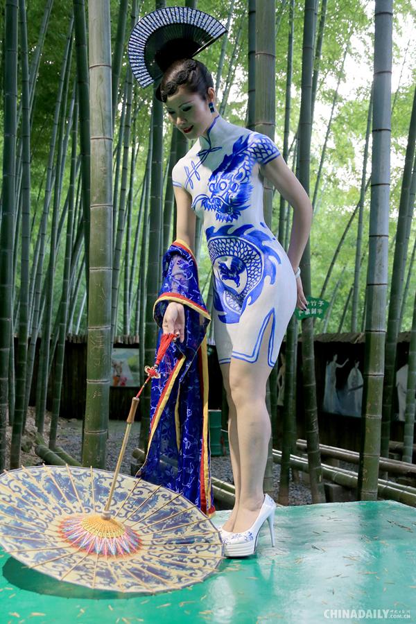 人体艺术阴蒂�:-f_栩栩如生的《青花旗袍》人体艺术彩绘与翠竹林立的黄山芙蓉谷风景区交