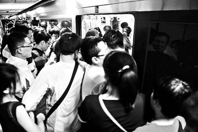 早顶峰时的四惠地铁站搭客拥堵着上车